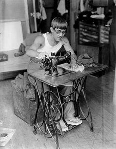 Foujita à la machine à coudre, Paris 1928 -by André Kertész