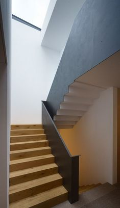 Efh in hohenems: hall & hall from baumschlager hutter zt gmbh - Modern Staircase Railings, Staircase Design, Stairways, Modern Hallway, Modern Stairs, Contemporary Living Room Furniture, Stair Detail, Interior Stairs, Modern Architecture