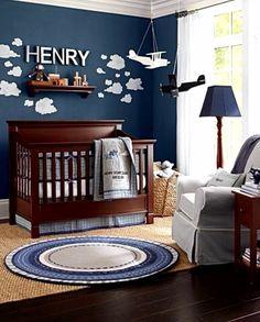 quarto de neném: azul marinho e marrom madeira com tema aviador