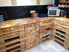 DIY pallet kitchen table furniture ideas. #diypalletkitchentable