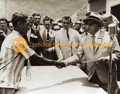 El presidente Rómulo Betancourt entrega titulo de tierra a un político extranjero miembro de la Reforma Agraria.  (ARCHIVO EL NACIONAL)