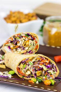 Make lunch fun again with these Thai Peanut Wraps! Die vegetarischen Wraps kann man toll vorbereiten und mitnehmen. #wraps #vegetarischewraps #veggiewraps #vegetarischtogo #vegetarischerezeptetogo #vegetarischerezeptezummitnehmen #veggietogo #vegetarisch #rezeptetogo #rezeptezummitnehmen #healthyrecipe #jarsalad #jarsaladvegan #gesundesrezepttogo #gesundtogo