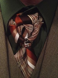 Another example of how using a simple plastic ring can lead to an entire new look, while maintaining the classic shape of a necktie knot.
