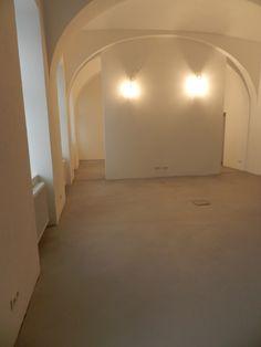 Boden Béton Brut in der Farbe No. 5 Tortara. Versiegelt mit einem matten 2K-PU Lack. #betonbrut #betonboden #betonoptik #wohnbeton #betonbeschichtung #betoncire #impulskeramik