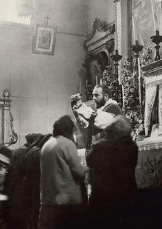 Padre Pio trentenne celebra la Santa Messa