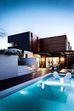 How awesome would it be to entertain your guests with a deck like this?