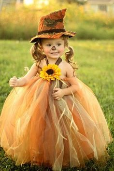 かわいいひまわりのついたオレンジドレスにカカシ風の帽子がキュート。