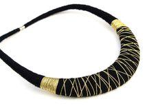 Oro y negro babero declaración collar contemporáneo textil