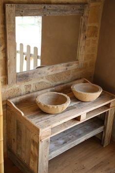 Armário de banheiro feito de pallet reciclado.  Furniture: Measures - 48.8x24x30.7 in. Mirror: Measures - 46.85x31.9 . . Sink: Measures - 15x5.5