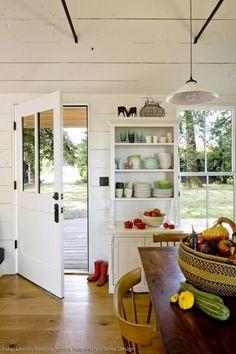 Hereinspaziert: dank der großen Fenster, des herrlich durchgelebten Shabby Chic Stils und viel Holz fühlt man sich im Tiny House sofort willkommen.