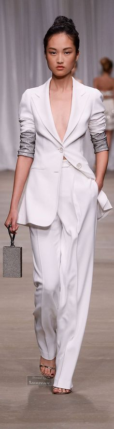 See all the Collection photos from Ermanno Scervino Spring/Summer 2015 Ready-To-Wear now on British Vogue White Fashion, Love Fashion, Fashion Show, Fashion Design, Terno Casual, How To Have Style, Summer Suits, Ermanno Scervino, Carrie Bradshaw
