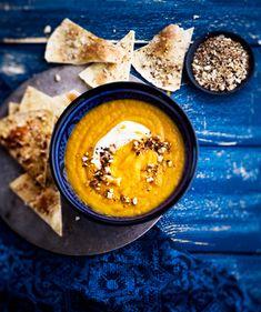Samettinen porkkanakeitto aateloidaan kermaisella kookosmaidolla ja Lähi-idän pähkinäisellä dukkah-mausteseoksella. Porkkanakeiton kaverina ma… Hummus, Cantaloupe, Fruit, Ethnic Recipes, Food, Essen, Meals, Yemek, Eten