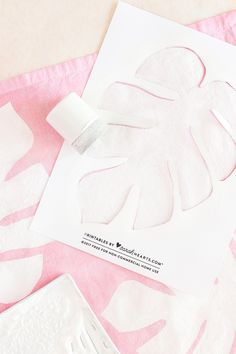 Create your own beautiful, stenciled monstera leaf cloth napkins! by Sarah Hearts