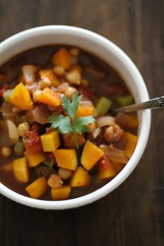 Butternut Squash and Chickpea Chili is healthful and comforting. This vegetarian chili may not have meat but it is filling and keeps you satisfied! Top Recipes, Chili Recipes, Fall Recipes, Diet Recipes, Cooking Recipes, Healthy Recipes, Lunch Recipes, Crockpot Recipes, Breakfast Recipes