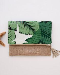 Pochette iPad lin ou replier embrayage sac à main en vert Tropical Palm Tree impression tissu Un parfait d'embrayage foldover lin doux pour printemps, été et la plage. Il est idéal pour tous les jours et facilement peut contenir votre portefeuille, des clés, brillant à lèvres etc
