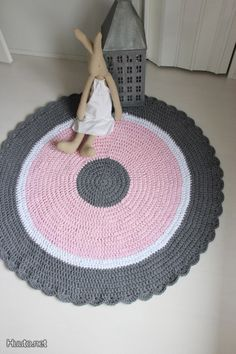 crochet rug - good inspiration could change the middle colour to make it gender neutral - yellow maybe?