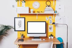 Which home office colors many people favor this year? From bold to atmospheric, here are four options for a modern home office. Cores Home Office, Home Office Colors, Office Decor, Stickers Design, Pc Table, Pink Home Decor, Table Design, Guest Room Office, Organizing Your Home