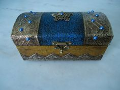 Bau pequeno com textura azul e dourado com latonagem envelhecida . www.elo7.com.br/esterartes