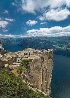 De Preikestolen (letterlijk: de Preekstoel) is een klif, die 605 meter uitsteekt boven de Lysefjord, Noorwegen
