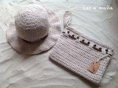 Conjunto de gorro y cartera de mano, tejida a mano y en la técnica de crochet.