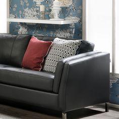 Malli: Feel Verhoilu: Nahka, Labrador 06  Vaihtoehdot: 2- ja 3-istuttava sohva, pyörivä lepotuoli Jälleenmyyjä: Stemma-myymälät  #pohjanmaan #pohjanmaankaluste #käsintehty