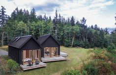 Linz-based architecture practice Architektur has completed Haus L, a charming minimalist home defined by a massive gabled roof in rural Austria. Green Design, Design Exterior, Exterior Siding, Modern Barn, Modern Cabins, Small Modern Cabin, Modern Prefab Homes, Tiny Cabins, Modern Houses