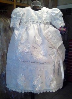 Ropón de Bautismo modelo 2040, color blanco, fabricado en shantung, desmontable, con gorro, el ropón está bordado con aplicaciones de flores de tela, tira bordada y lentejuelas.