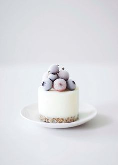 Mini Frozen Yoghurt Cakes. So many people asked us for the recipe for this small iced cake we posted on our Instagram account. It´s basically the same recipe as the big iced cake, we posted a few weeks ago but these little cakes are easier to prepare.
