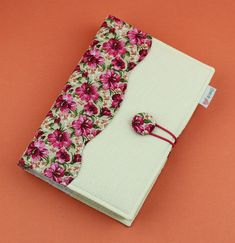 Capa para livro Hibisco - TAMANHO M/LOMBADA 3,5CM Diary Cover Design, Notebook Cover Design, Diary Covers, Notebook Covers, Journal Covers, Decorate Notebook, Diy Notebook, Diy Arts And Crafts, Book Crafts