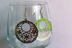 Boucles d'oreilles en acier chirurgical , estampe ronde avec fleurs et perles en argent : Boucles d'oreille par nessymatriochka