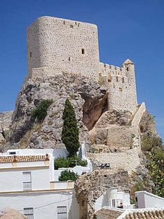 castillo árabe de Olvera (Olvera - Cádiz): La puerta original de acceso se halla a más de cinco metros del suelo y a ella se accede a través de un patín de tambor de época posterior. Del castillo se conserva parte de la cerca de murallas que rodeaba el barrio de la Villa.