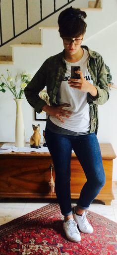 ° Sporty Day: Skinny Blue Jeans, white T-shirt, Camo Skirt, White Stan Smith °