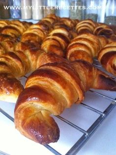 CAP pâtissier: homemade croissants in leavened puff pastry - Find . Mini Croissants, Homemade Croissants, Good Morning Breakfast, Breakfast Dessert, Bread And Pastries, French Pastries, Gourmet Recipes, Baking Recipes, Pizza Pastry