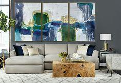 As obras de arte vestem as paredes dessa sala...os tons de azul combina perfeitamente com os objetos de decoração, @morenalves