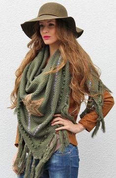 Grande Star Army Sjaal   The Musthaves Deze grote sjaal in de kleur groen is voorzien van een ster en franjes, sla hem om je nek of draag als poncho!