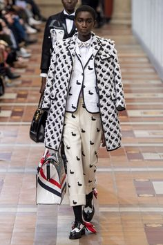 Thom Browne Fall 2019 Fashion Show . Designer ready-to-wear looks from Fall 2019 runway shows from Paris Fashion Week Fashion Week Paris, Fashion Weeks, Fashion Over 50, Fashion 2020, Thom Browne, Fashion Pants, Boho Fashion, Fashion Show, Autumn Fashion