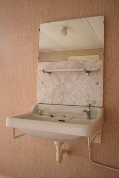 Fraaie wastafels van vroeger deze hadden we in de ouder slaap kamer en op de logeer kamer jaren 60 huis..