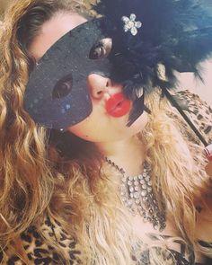 Todo aquel que piense que esta solo y que esta maltiene que saber que no es asi que en la vida no hay nadie solo siempre hay alguien. Ay no ha que llorar que la vida es un carnavales mas bello vivir cantando  #carnaval #mask #masquerade #brazil #RNS #dope #Doubletap #effyourbeautystandards #curves #curvy #Beautiful #lips #beauty #eyecandy #smile #bbw #makeupaddict #follow4follow #tagsforlikes #plussizemodel #thick #dt #thickstagram #flawless #austintx #Atx #PrettyOnFleek #kik #snapchat  by…