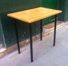 Table plateau bois pieds carrés métal 1960