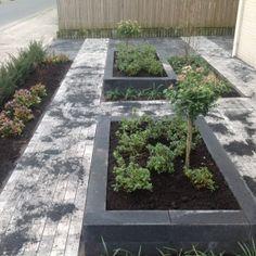 Moderne voortuin - Tuindeluxe Kerkdriel Stone Flower Beds, Outdoor Living, Outdoor Decor, House Front, Garden Landscaping, Stepping Stones, New Homes, Backyard, Landscape