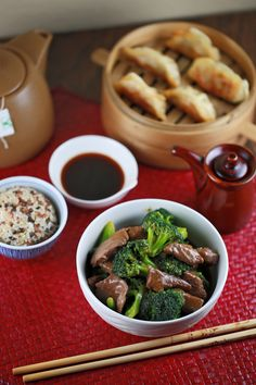 Chinese beef with broccoli stirfry    Visit us: http://www.jessicagavin.com/