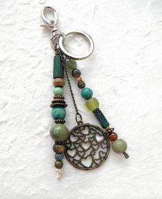 Porte-clés boho chic, ethnique, en perles naturelles, gemmes, céramique, bois, pâte de verre, aux coeurs, vert et bronze : Porte clés par de-perle-en-perles
