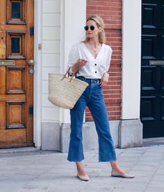 Outfit Style – Casual street style outfits for young guys Our Most Favourite Look – Light Blue Jeans + White Crew Neck T-shirt + Black Bomber Jacket Mode Outfits, Casual Outfits, Fashion Outfits, Fashion Trends, Fashionable Outfits, Casual Shoes, Girl Outfits, Spring Summer Fashion, Spring Outfits
