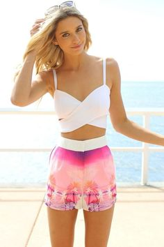 sommer outfit shorts mit hoher taille und palmenmuster in lila rosa und bustier top weiß