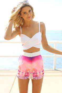sommer outfit shorts mit hoher taille und palmenmuster in lila rosa und bustier top weiß