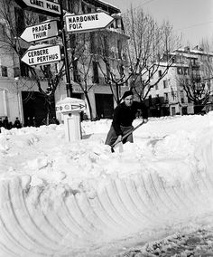 Un jour en France. En #1956 la France subit l'hiver le plus froid du XXe siècle. La neige tombe en abondance dans le sud. A Perpignan celle-ci atteint 1 m d'epaisseur dans les rues. Photo : Jack Garofalo/#ParisMatch  Plus d'archives sur @parismatch_vintage by parismatch_magazine