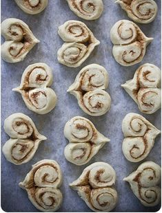 Heart shaped cinnamon buns, for Valentine's day or an anniversary breakfast! Think Food, Love Food, Anniversary Breakfast, Anniversary Food, Delicious Desserts, Yummy Food, Valentines Day Food, Valentines Breakfast, Wedding Breakfast