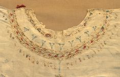 Neck of Balthilde's marriage tunic.- BATHILDE. TRESORS DE L'ABBAYE DE CHELLES…