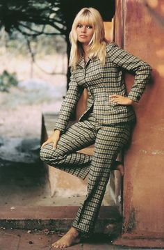 Afbeeldingsresultaat voor bridget bardot at 40 Bridgitte Bardot, Mode Tartan, Vintage Outfits, Vintage Fashion, Vintage Style, French Actress, Glamour, French Girls, Famous Women