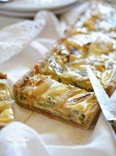 Løg quiche, Auvergne blå ost og et strejf af acacia honning - lav GI € . Quiche Recipes, Tart Recipes, Cooking Recipes, Acacia Honey, Pesco Vegetarian, Pizza Tarts, Caesar Salat, Caprese Salat, Gratin